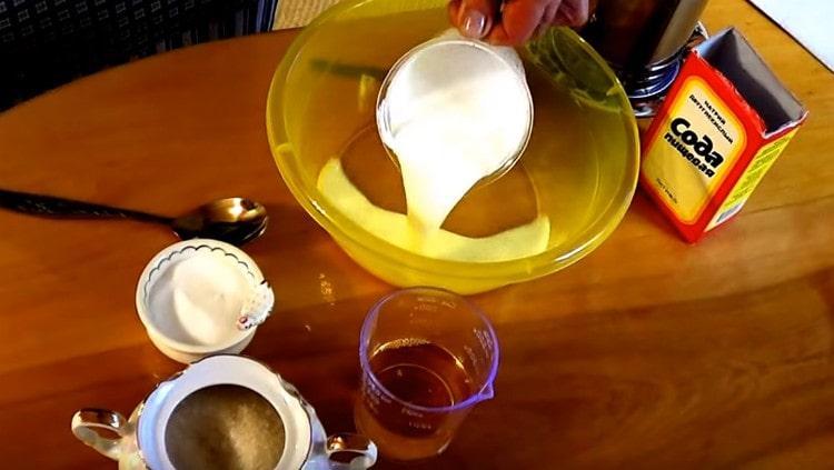 Наливаем в миску теплый кефир.