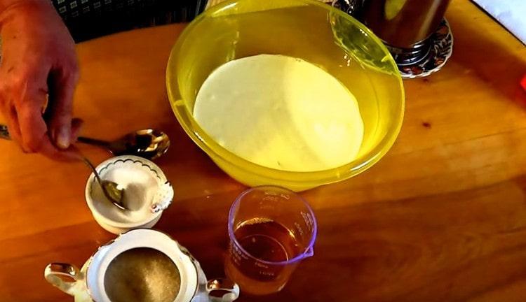 Добавляем в кефир соль и сахар.