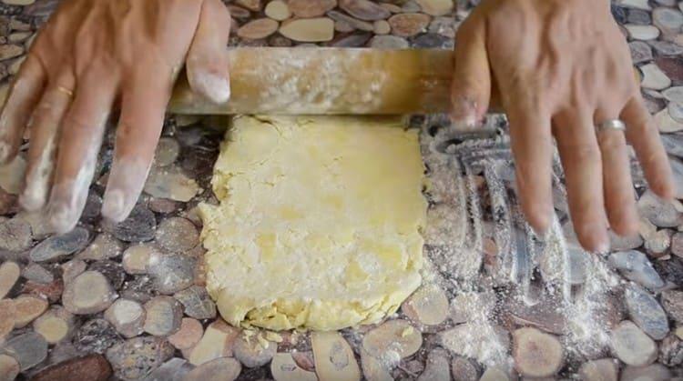Достаем тесто из холодильник и раскатываем.