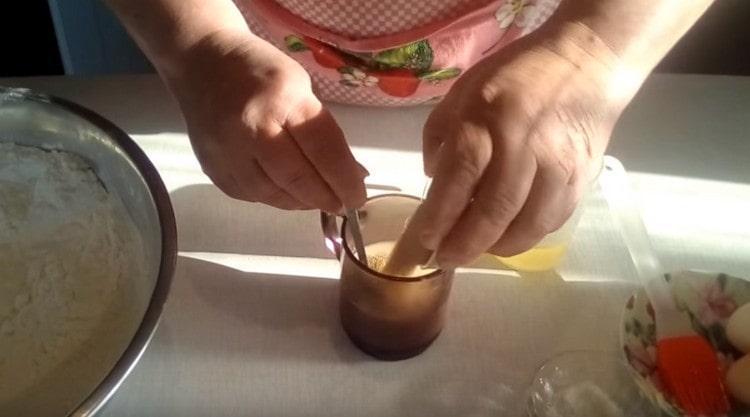 К молоку с сахаром добавляем дрожжи и снова перемешиваем.