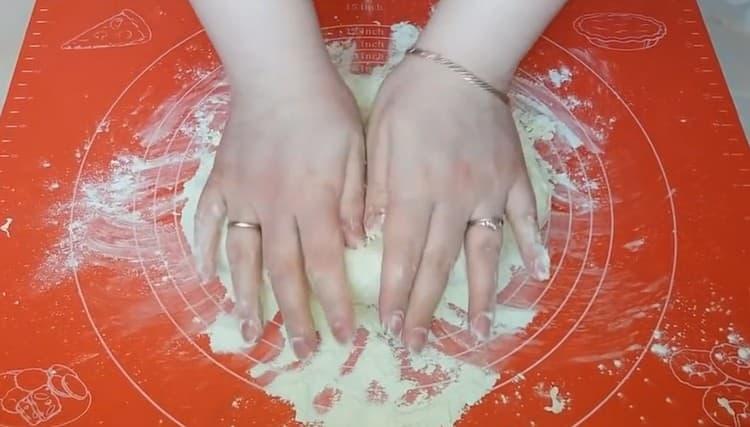 Хорошо вымешиваем тесто руками.