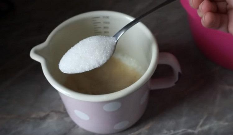 Добавляем к кефиру дрожжи, а также сахар.