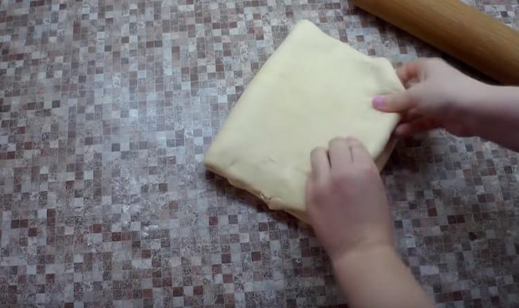Затем складываем тесто и снова раскатываем.