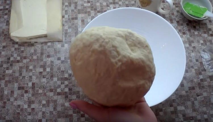 Замешиваем тесто и отправляем его в холодильник.