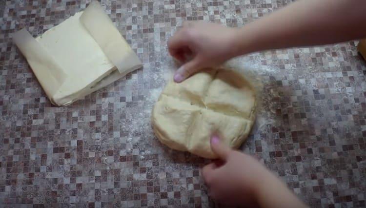 Достаем тесто из холодильника и визуально разделяем его на 4 части.
