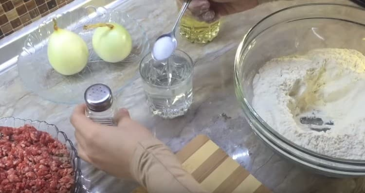 Добавляем в стакан воды чайную ложу соли.