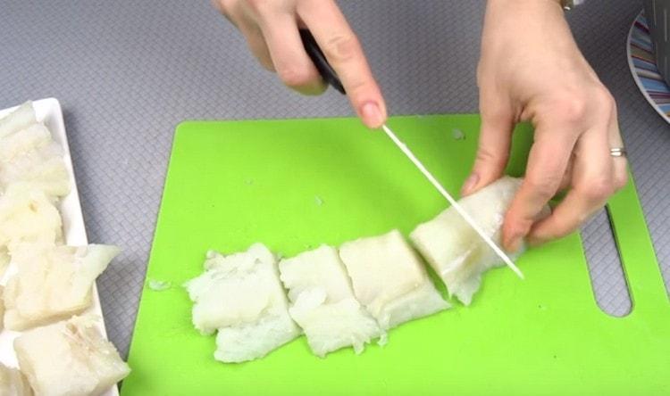 Нарезаем филе небольшими кусочками.