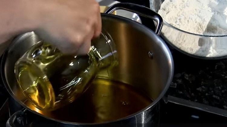 В сотейнике или сковороде разогреваем арахисовое масло.