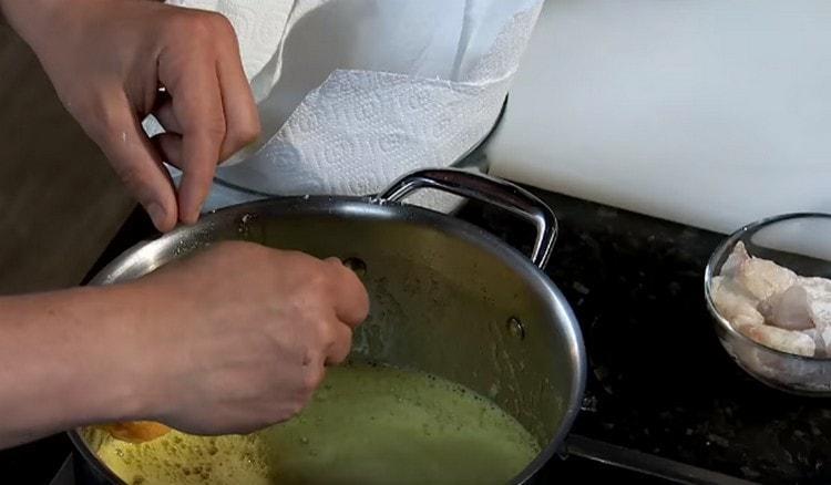 С муки переправляем кусочки рыбы в кляр, потом опять в муку и только тогда выкладываем в кипящее масло.