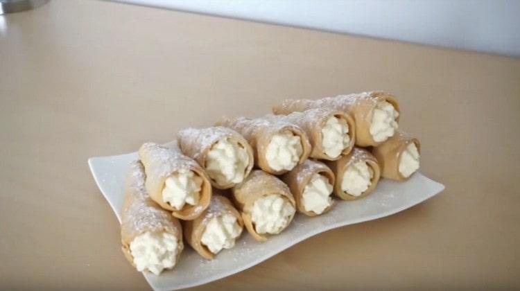 Вот такие красивые и аппетитные трубочки из слоеного теста у нас получились.