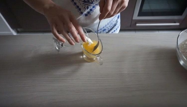 Яйцо слегка взбиваем, добавляем уксус и холодное молоко.