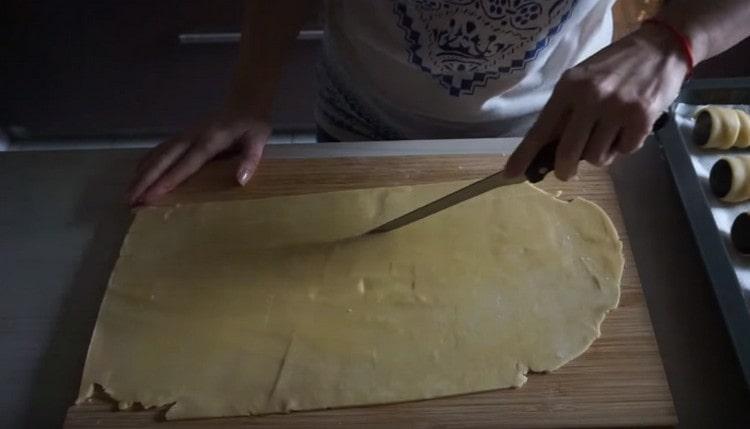 Тесто раскатываем тонко и нарезаем на длинные полосы.