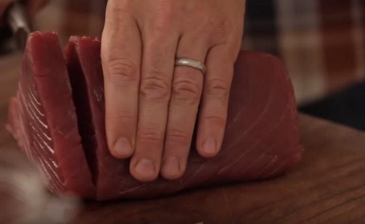 От филе тунца отрезаем порционные стейки.