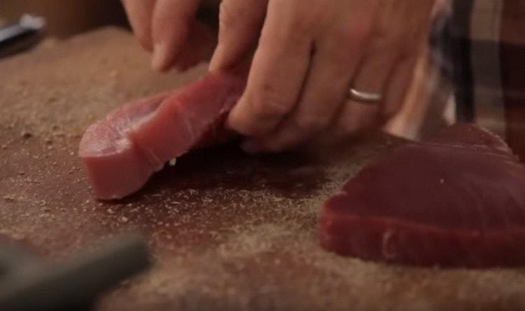 Измельченные специи высыпаем на доску и обваливаем в них стейки.