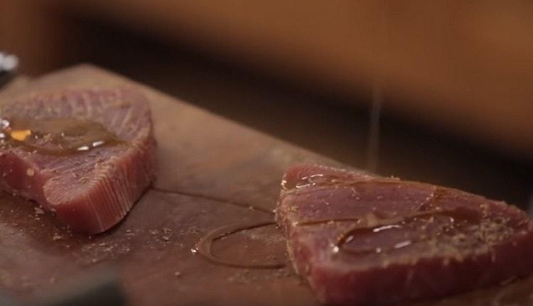 Каждый стейк непременно поливаем оливковым маслом.