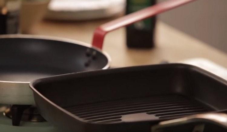 Разогреваем сковороду, гриль или обычную.