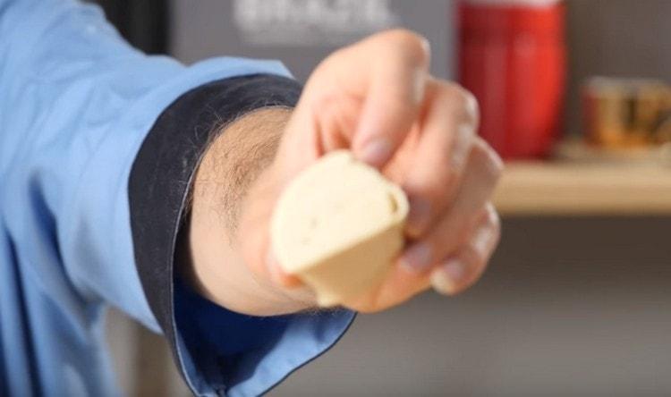 Нарезаем рулеты теста на порционные кусочки.