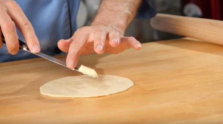 Для самсы с тыквой сначала на лепешки кладем по кусочку сливочного масла.