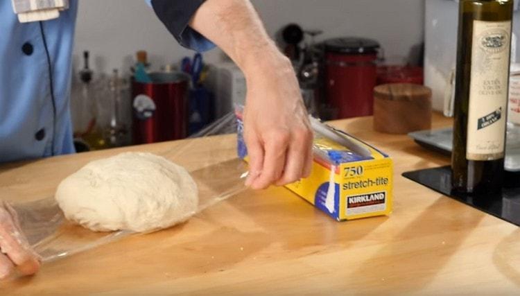 Заворачиваем тесто в пищевую пленку.