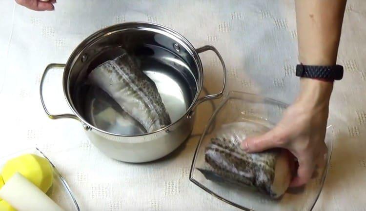 Выкладываем куски трески в воду и ставим вариться.