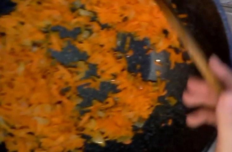 Пассеруем лук с морковью на сковороде.