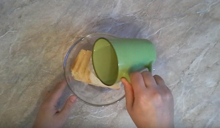 Заливаем водой тостерный хлеб.