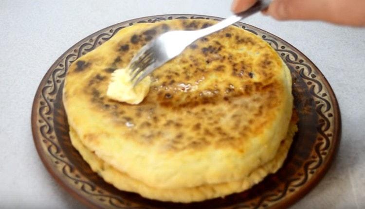 Хачапури с сыром, приготовленные на сковороде, смазываем сливочным маслом.
