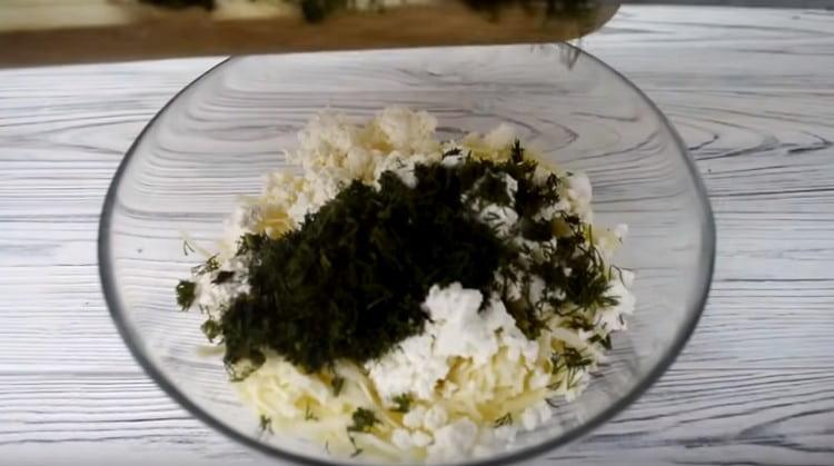 Добавляем к смеси сыров измельченную зелень.