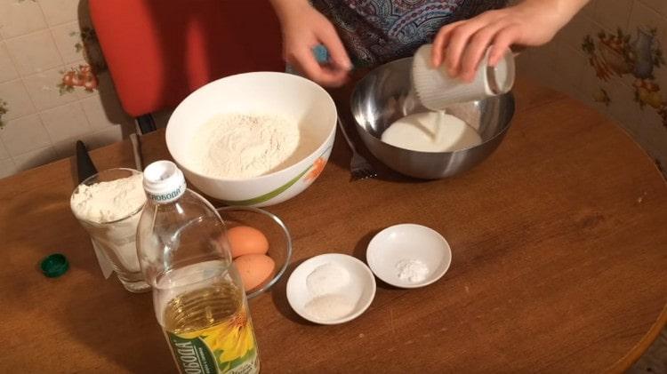 Наливаем в миску для замешивания теста кефир.