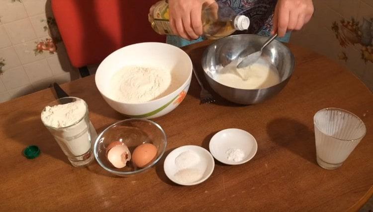 Добавляем к кефиру с яйцом растительное масло.