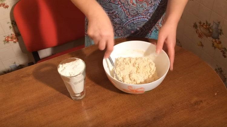 Кефир выливаем в муку и замешиваем тесто.