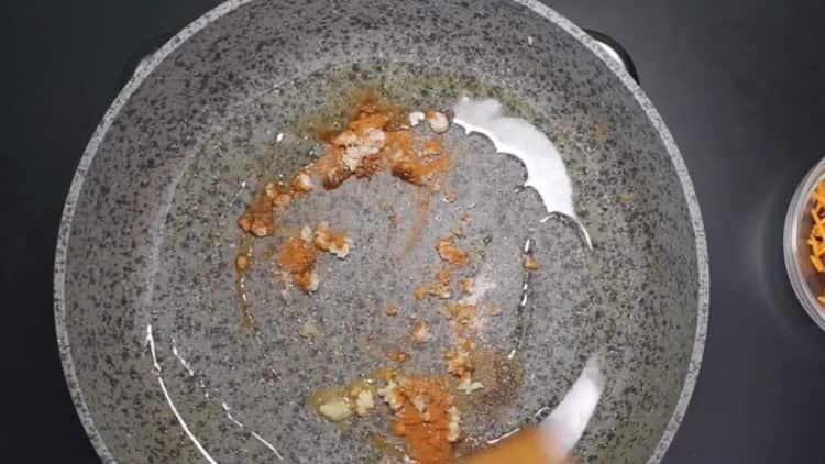 Разогреваем на сковороде растительное масло и добавляем в него пряности.