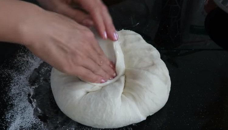Обминаем тесто, формируем круглый хлеб.