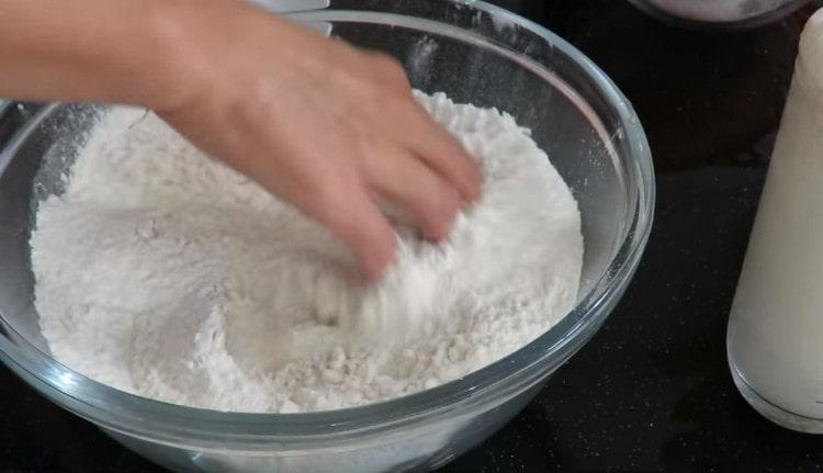 Добавляем к муке соль и перемешиваем.