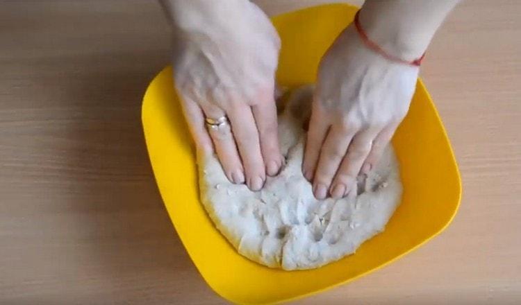 Тесто должно получиться мягким, ене липнуть к рукам.