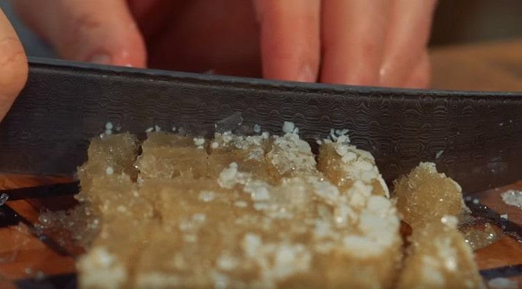 Для сочности можно добавлять в чебуреки нарезанный кубиками и предварительно замороженный бульон.