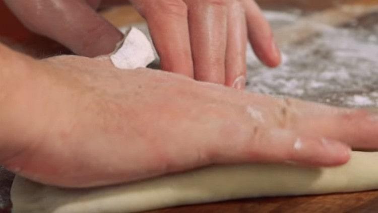 Чебуреки с мясом нужно слегка придавить рукой, чтобы из заготовки вышел лишний воздух.