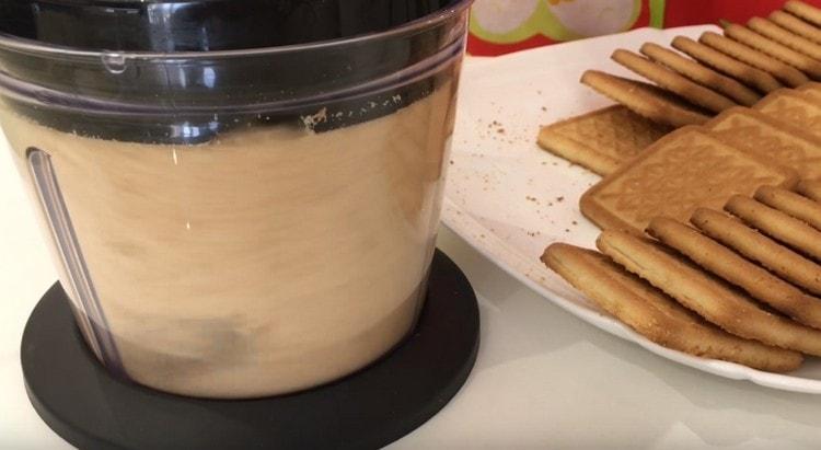 Блендером в крошку измельчаем песочное печенье.