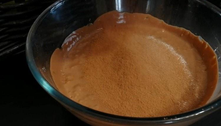 Добавляем в творожно-шоколадную массу еще какао и крахмал.