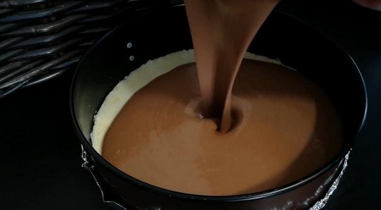 Выливаем на основу из теста шоколадно-творожную массу.