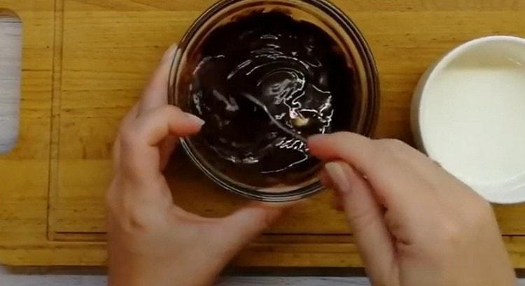 Топим шоколад с маслом в микроволновке, перемешиваем.
