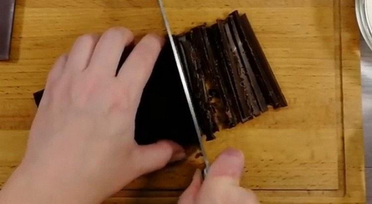 Шоколад измельчаем ножом.