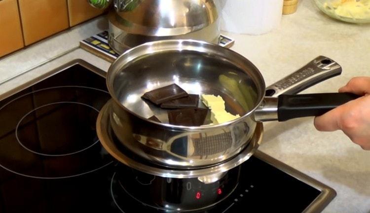 На водяной бане растапливаем шоколад с маслом, перемешиваем.