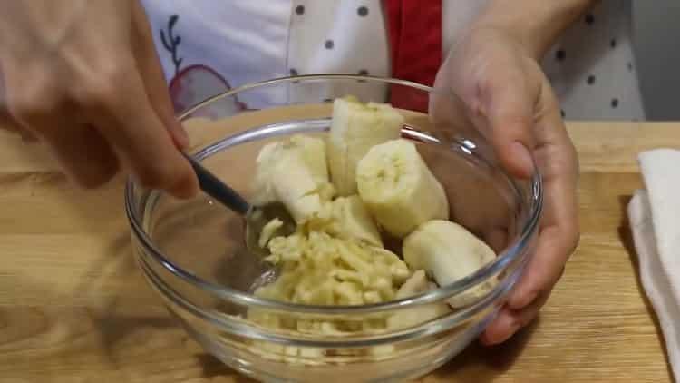 Для приготовления бананового кекса приготовьте банановое пюре