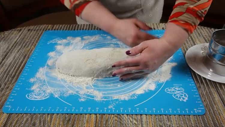 Для приготовления бездрожжевого хлеба замесите тесто