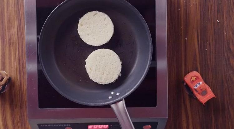 Для приготовления брускетты с лососем, обжарьте хлеб