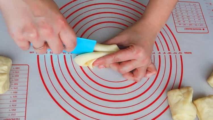Для приготовления булочек сердечек с сахаром сформуйте тесто