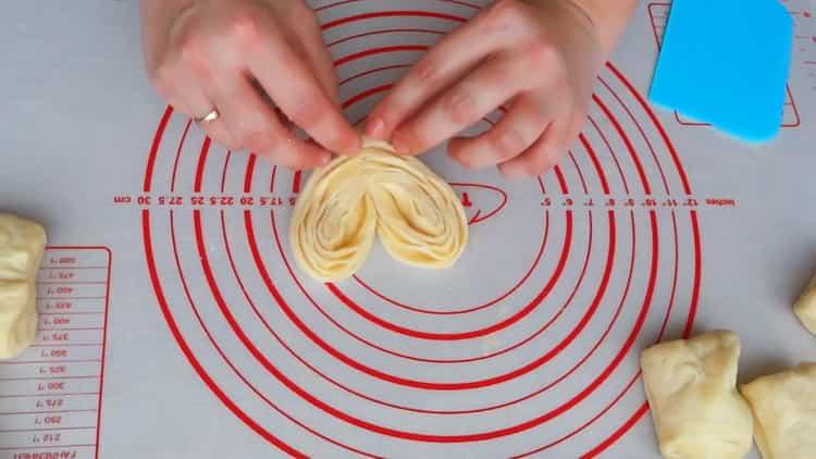 Для приготовления булочек сердечек с сахаром сформуйте сердечки