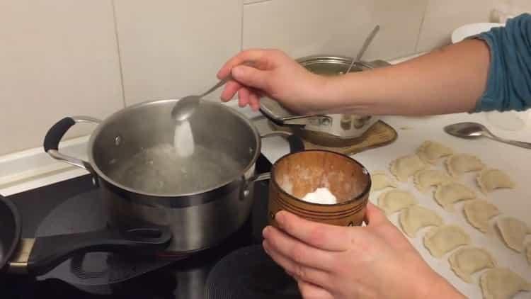 Для приготовления вареников с картошкой и салом посолите воду