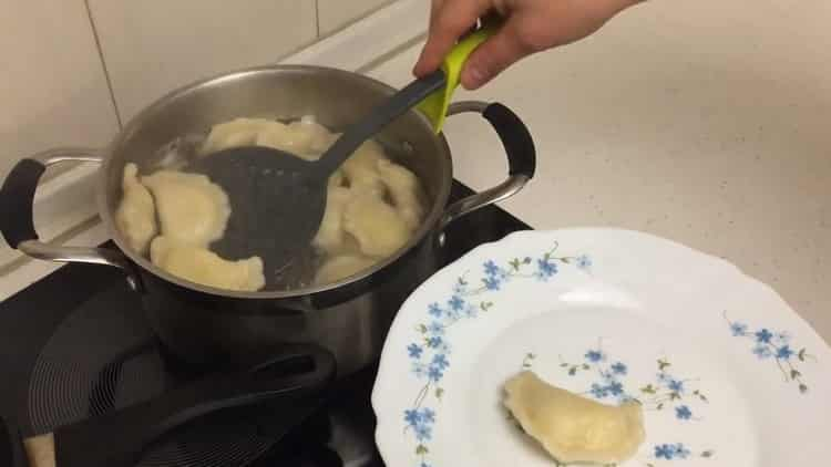 Для приготовления вареников с картошкой и салом отварите вареники